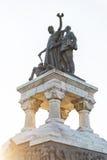 Monument des héros sanitaires d'isolement sur le ciel dans la lumière de coucher du soleil Photos libres de droits