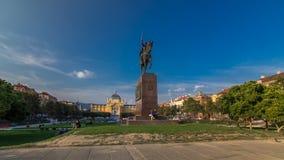 Monument des kroatischen König Tomislav timelapse hyperlapse und Kunstpavillons im bunten Park, in Zagreb, Kapital von stock video