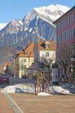 Monument des sitzenden Mannes und der Berge in schlechtem Ragaz Lizenzfreie Stockbilder