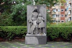 Monument devant l'école de Jeanne d'Arc Images libres de droits