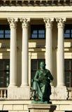 Monument devant la bibliothèque publique à Poznan Photographie stock