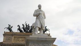 Monument dichtbij Arc de Triomphe in Europa voorraad stock video