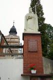 Monument dichtbij Kerk stock afbeelding