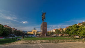 Monument du pavillon croate de hyperlapse et d'art de timelapse du Roi Tomislav en parc coloré, à Zagreb, capital de clips vidéos