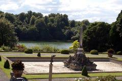 Monument an einem Seeufer Blenheim-Palastgarten in Woodstock, Oxfordshire, England Lizenzfreies Stockbild