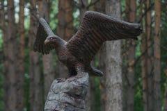 Monument eines Adlers auf einem Felsen Lizenzfreie Stockfotos