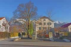 Monument eines Mannes und der Alpen-Berge in schlechtem Ragaz Stockbild