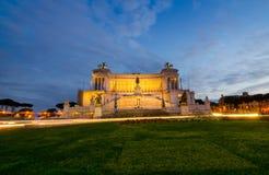 Monument Emmanuel II in Rom vor Nachtzeit wird Stockbild