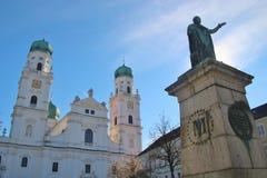 Monument en kathedraal op het Dom vierkant in Passau, Duitsland royalty-vrije stock foto