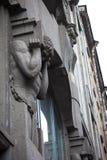 Monument en pierre d'Atlanta gris tenant le mur du vieux bâtiment Photographie stock libre de droits