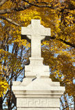 Monument en travers dans le cimetière Photo libre de droits