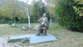 Monument för farmorVanga ` s från det Rupite klosterkomplexet på en solid naturlig bakgrund av fåglar i Oktober arkivfilmer