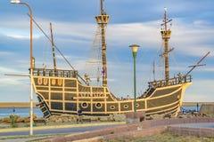 Monument för Magallanes skeppkopia, Puerto Julian San, Argentina Arkivbilder