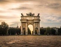 Monument för sempione för Milano arco dellahastighet arkivbild
