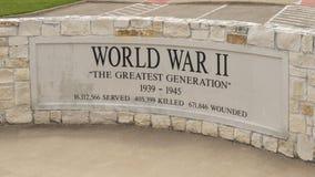 Monument för soldater som dog i världskrig II i veterans Memorial Park, Ennis, Texas royaltyfri bild