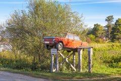 Monument fait maison de Zaporozhets de voiture installé dans le vill sibérien Image libre de droits