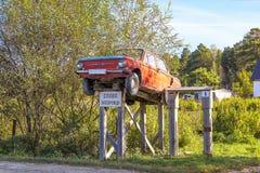 Monument fait maison de Zaporozhets de voiture installé dans le vill sibérien Images stock