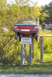 Monument fait maison de Zaporozhets de voiture installé dans le vill sibérien Photos libres de droits