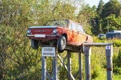 Monument fait maison de Zaporozhets de voiture installé dans le village sibérien Image stock