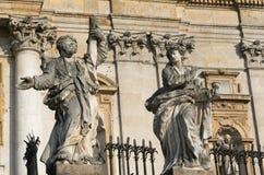 Monument framme av kyrkan av St Peter och Paul i Krakà ³ w Arkivfoton