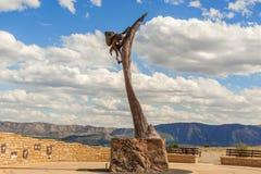Monument framme av Mesa Verde National Park i Colorado fotografering för bildbyråer