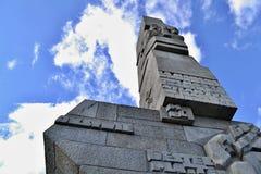 Monument Gdansks Westerplatte mit blauem Himmel und weißen Wolken lizenzfreie stockfotos