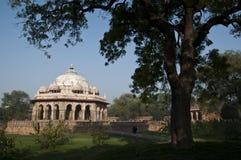 MONUMENT - GRAVVALV FÖR ISA KHANS, NEW DELHI, INDIEN Arkivfoton
