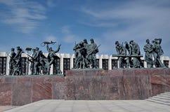 Monument ?Heldhaftige verdedigers van Leningrad ?op Victory Square - een monument aan de prestatie van burgers in de tragische ti stock fotografie