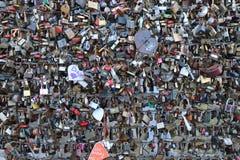 Monument i formen av en hjärta var folket kedjar fast en hänglås som ett tecken av förälskelse royaltyfria bilder