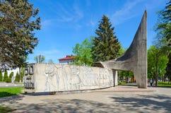 Monument i heder av 50 år av Komsomol, Polotsk, Vitryssland Royaltyfri Fotografi