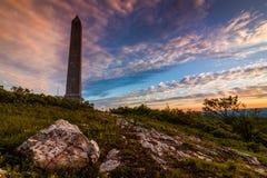 Monument markiert den Höhepunkt des Berges lizenzfreie stockfotografie
