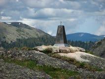 Monument med en stjärna på bakgrunden av kullarna royaltyfria foton
