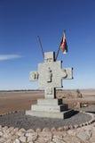 Monument med flaggan av Aymara folk på den Valle de laen Luna eller månedalen Arkivfoton