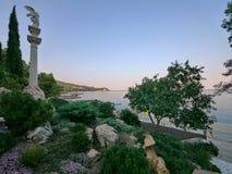 Monument med vit, antik kolonn på den gröna kusten Som om fotoet från eran av Hercules, Prometheus och royaltyfri foto
