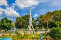 Monument mit blauem Himmel und Bäume nahe Medina in Hammamet Tunesien stockbild