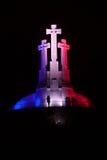 Monument mit drei Kreuzen in den französischen nationalen Farben Stockfotos