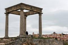 Monument mit vier Spalten und Panorama von Avila Lizenzfreie Stockbilder