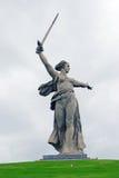 Monument-Mutterland in Wolgograd, drastischer Himmelhintergrund. Stockbilder