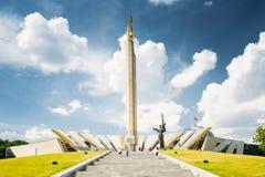 Monument nära byggande av det Belorussian museet av det stora patriotiska kriget i Minsk royaltyfria bilder