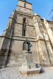 Monument nära svarta kyrkan i den historiska delen av Brasov i Rumänien arkivbild