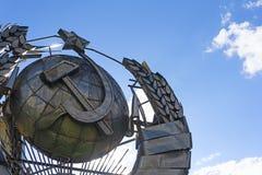 Monument nationalen sowjetischen Emblems UDSSR gemacht vom Metall auf blauem Himmel Grobes UDSSR-Konzept lizenzfreie stockbilder