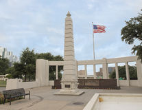 Monument och amerikanska flaggan, Dealey Plaza, Dallas Royaltyfria Bilder