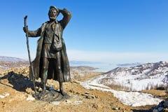 Monument op de achtergrond van het ijs van Meer Baikal Stock Foto's