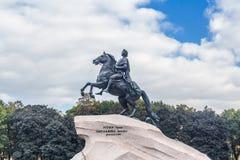 Monument Peter I gegen Wolkenhimmel Lizenzfreies Stockfoto