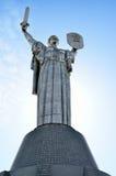 Monument Rodina-Mutter auf dem Hintergrund des blauen Himmels Lizenzfreie Stockfotos