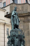 Monument som gör till kung den Charles droppen i Prague nära den Charles bron arkivbilder