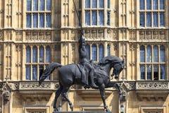 Monument som gör till kung Richard I Lionheart på hästen, slott av Westminster, parlament, London, Förenade kungariket Royaltyfria Foton