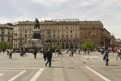 Monument som gör till kung Victor Emmanuel II och Palazzoen Carminati Royaltyfri Bild