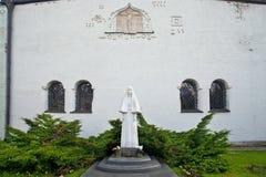 Monument som spelar martyr Elizabeth på väggen av den Pokrovsky katten arkivbilder