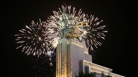 Monument soviétique célèbre Rabochiy i Kolkhoznitsa et feux d'artifice, Moscou, Russie clips vidéos